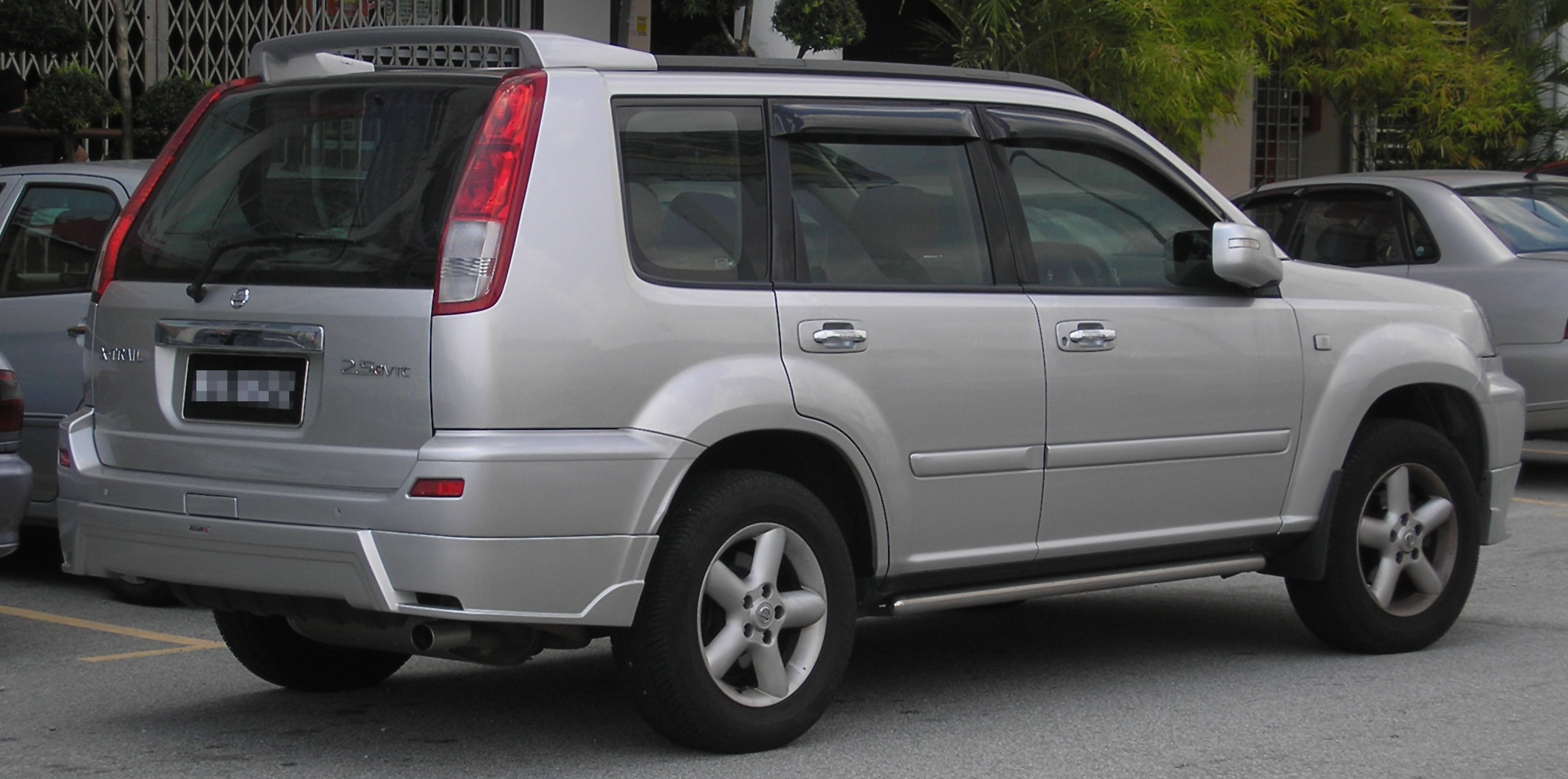 file nissan x trail first generation 2 5 cvtc rear wikimedia commons. Black Bedroom Furniture Sets. Home Design Ideas