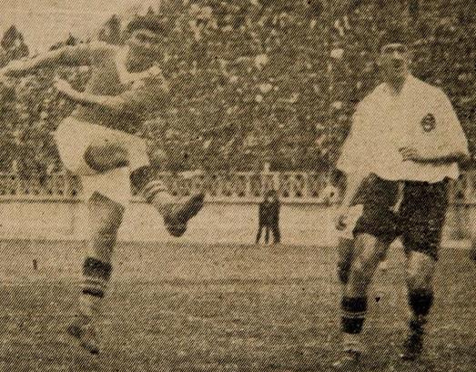 16e3391079b35 Romeu Pellicciari marca um de seus 4 gols contra o Corinthians na goleada  do Palmeiras por 8 a 0 em 1933