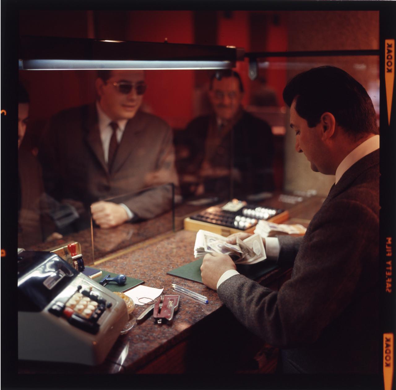 Lo sportello di una banca nel 1970. Foto di Paolo Monti.