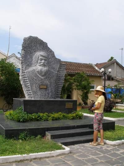 File:Pomnik Kazimierza Kwiatkowskiego w Hoi An - Wietnam.jpg