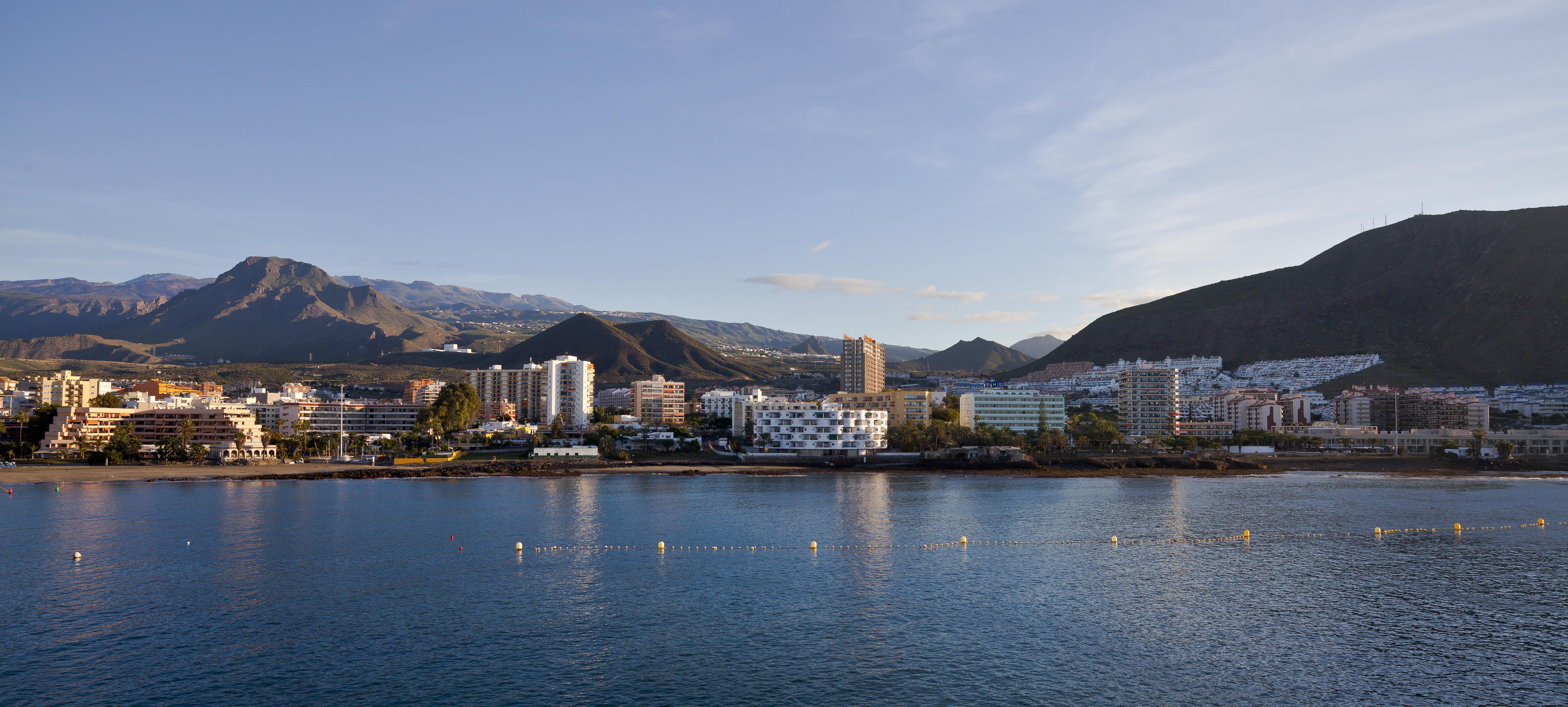 Puerto_de_Los_Cristianos%2C_Tenerife%2C_Espa%C3%B1a%2C_2012-12-14%2C_DD_04 ▷ Tenerife, la escapada perfecta para después de la Navidad ✅