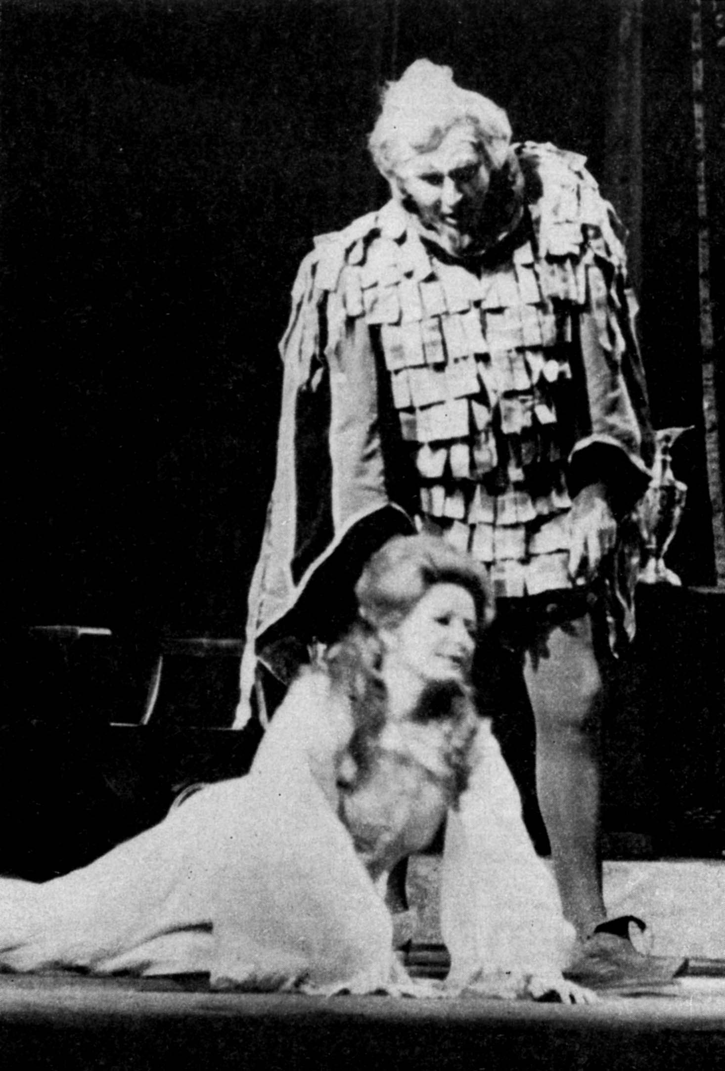 """Sherrill Milnes (protagonista) y Maddalena Bonifaccio (Gilda) en """"Rigoletto"""" (Acto III), en el Teatro Colón de Buenos Aires, a principios de los años 70."""