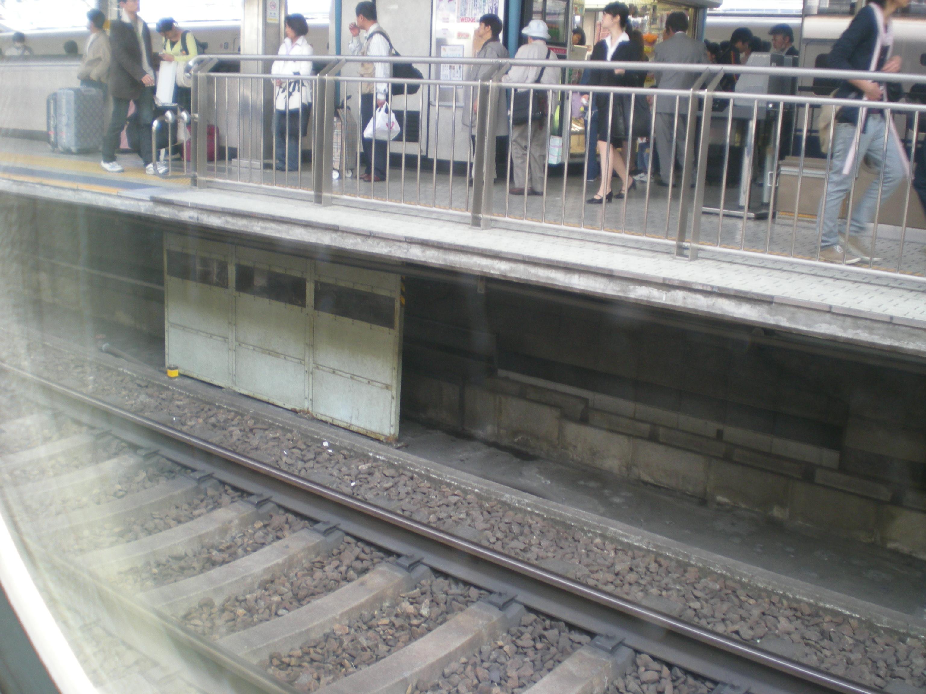 ファイル:Shinkansen Nagoya Station Platform.JPG