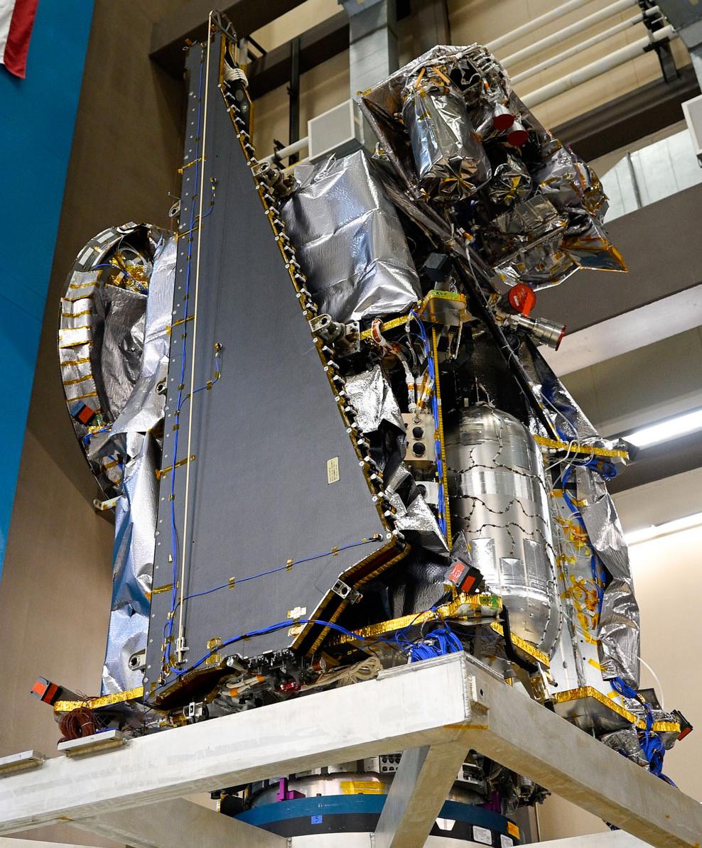 Lucy - Préparation et suivi de la mission (astéroïdes et troyens) - Octobre 2021 - Page 2 Spacecraft-lucy_clamp_shock_check_1-cropped