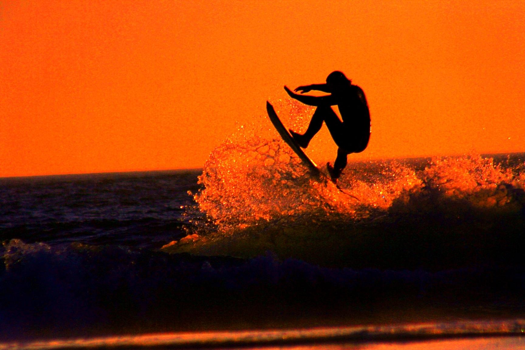 Серфингисты на закате скачать