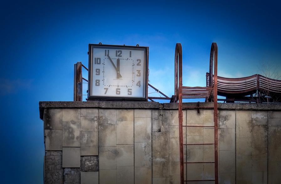 File swimming pool clock outdoor wikimedia for Garden treasures pool clock