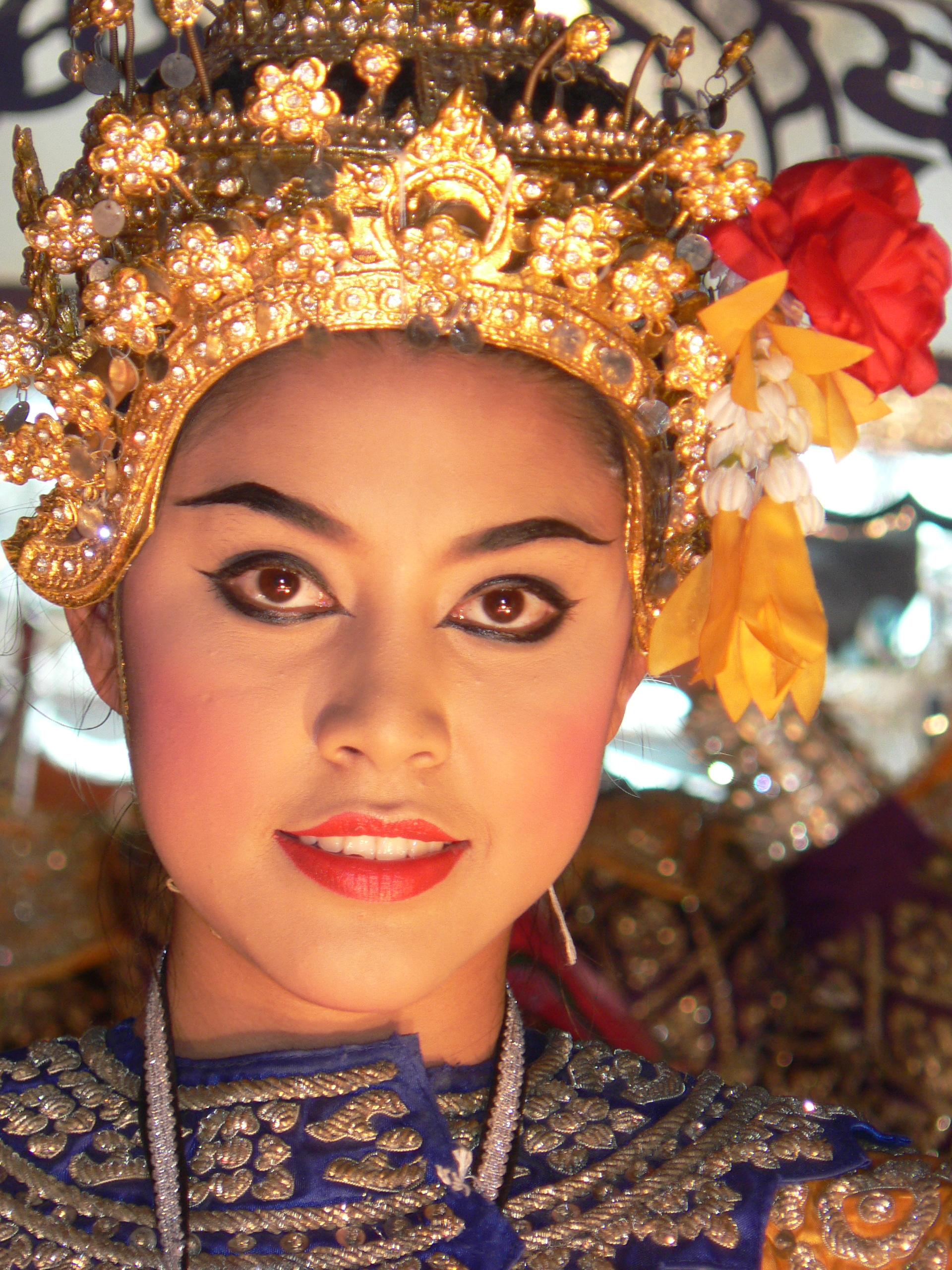 File:Thai traditional headdress Chiang Mai 2005 035.jpg ...