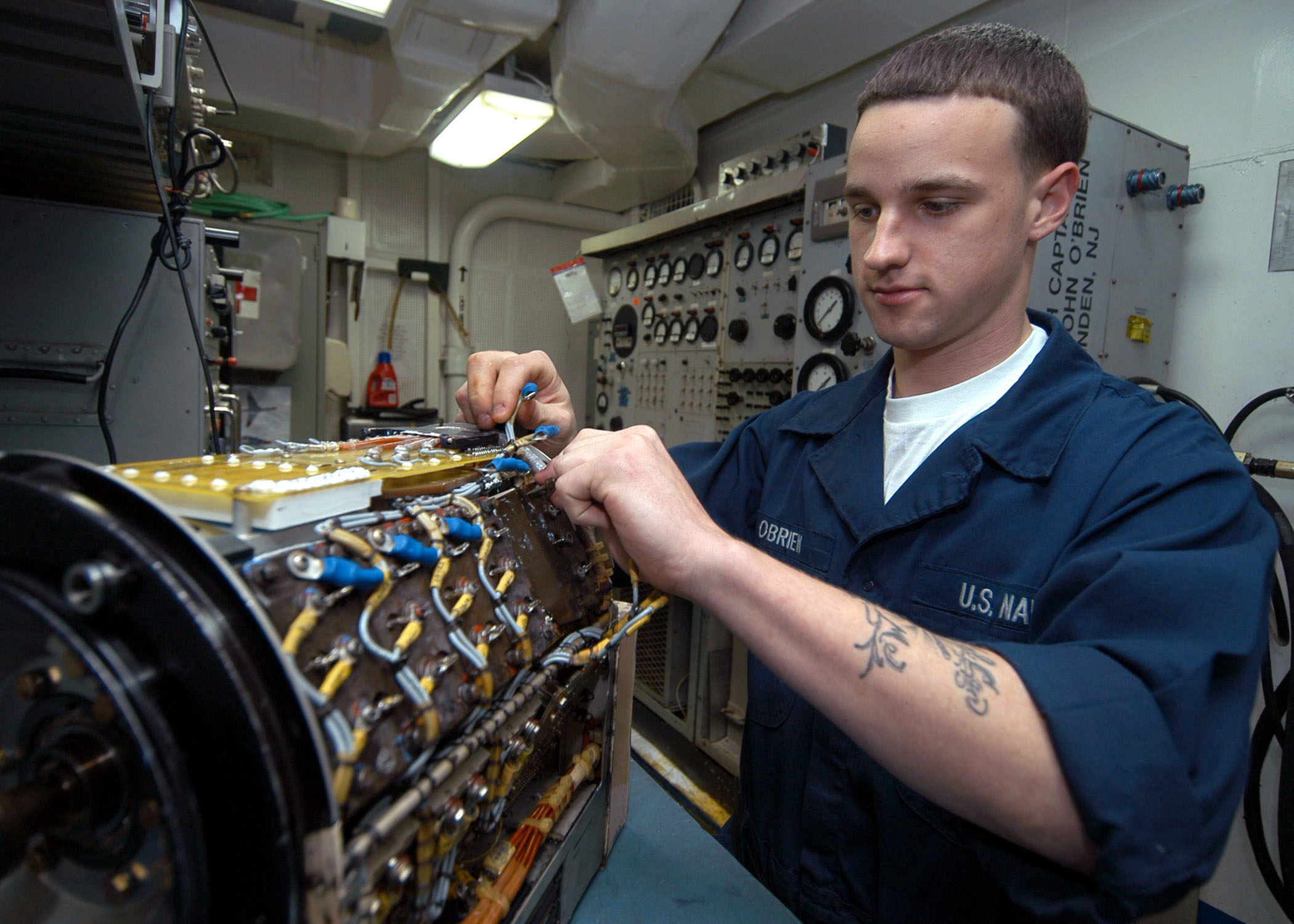 File:US Navy 040104-N-7090S-001 While conducting maintenance ...