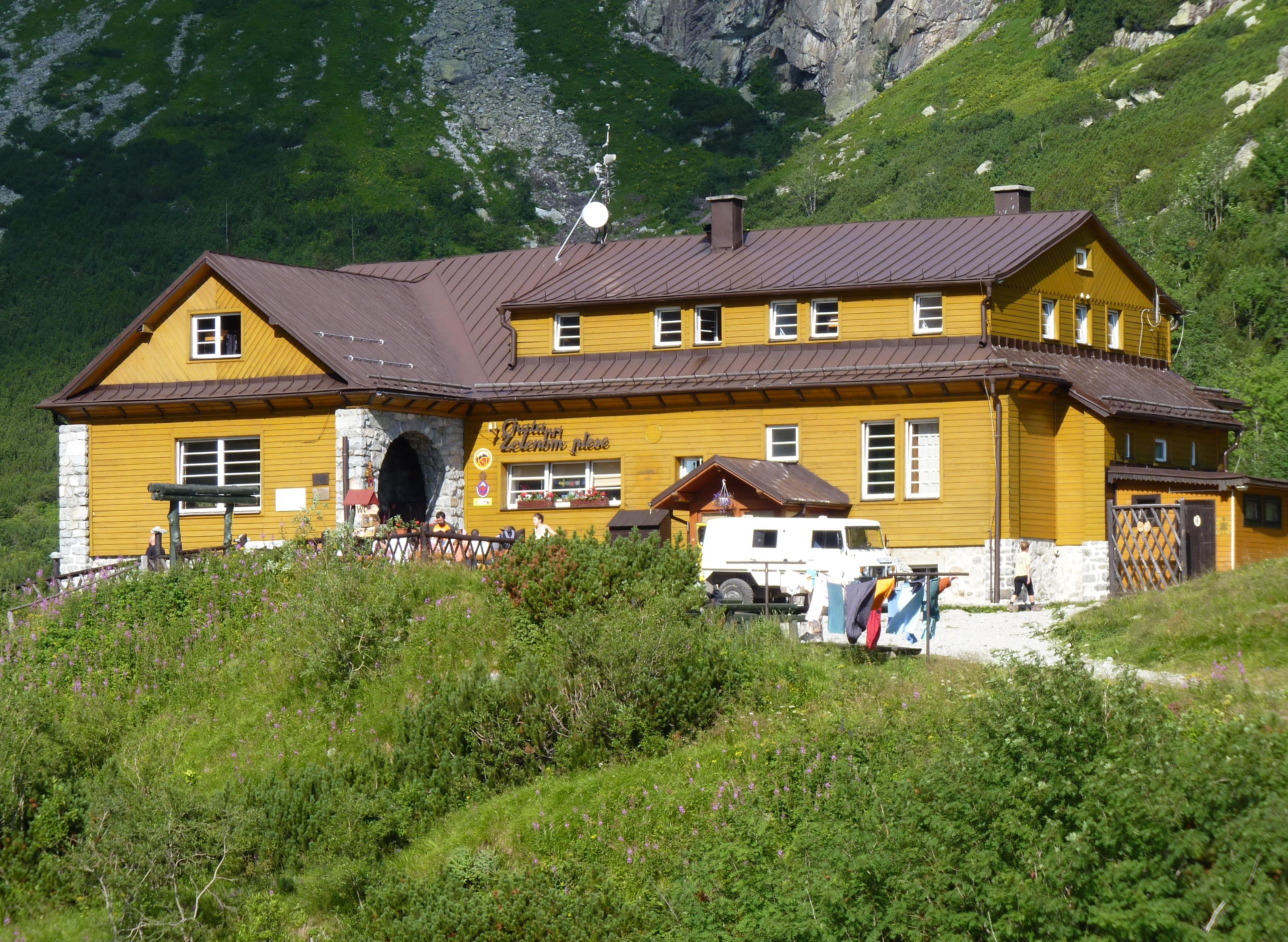 chata pri zelenom plese slovensko Chata pri zelenom plese je pre mnohých ľudí najobľúbenejšou tatranskou chatou leží v krásnom rozprávkovom prostredí obklopená štítmi.