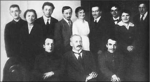 Семинар А.Ф.Иоффе в Петербургском политехническом институте (1916). Капица стоит крайний справа