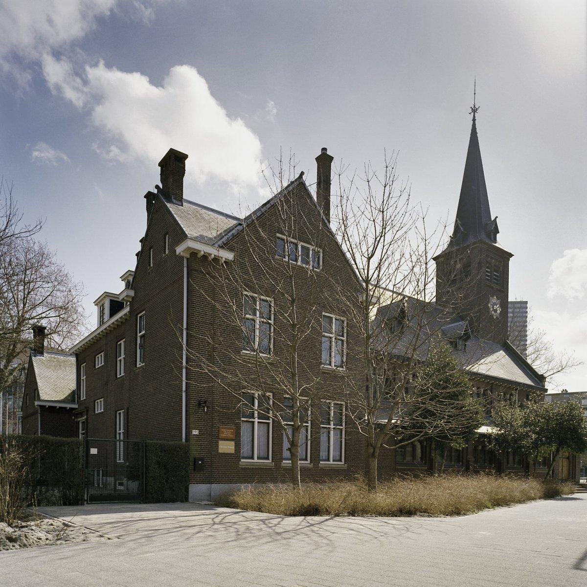 bestand zicht op de noordgevel de kerktoren de pastorie
