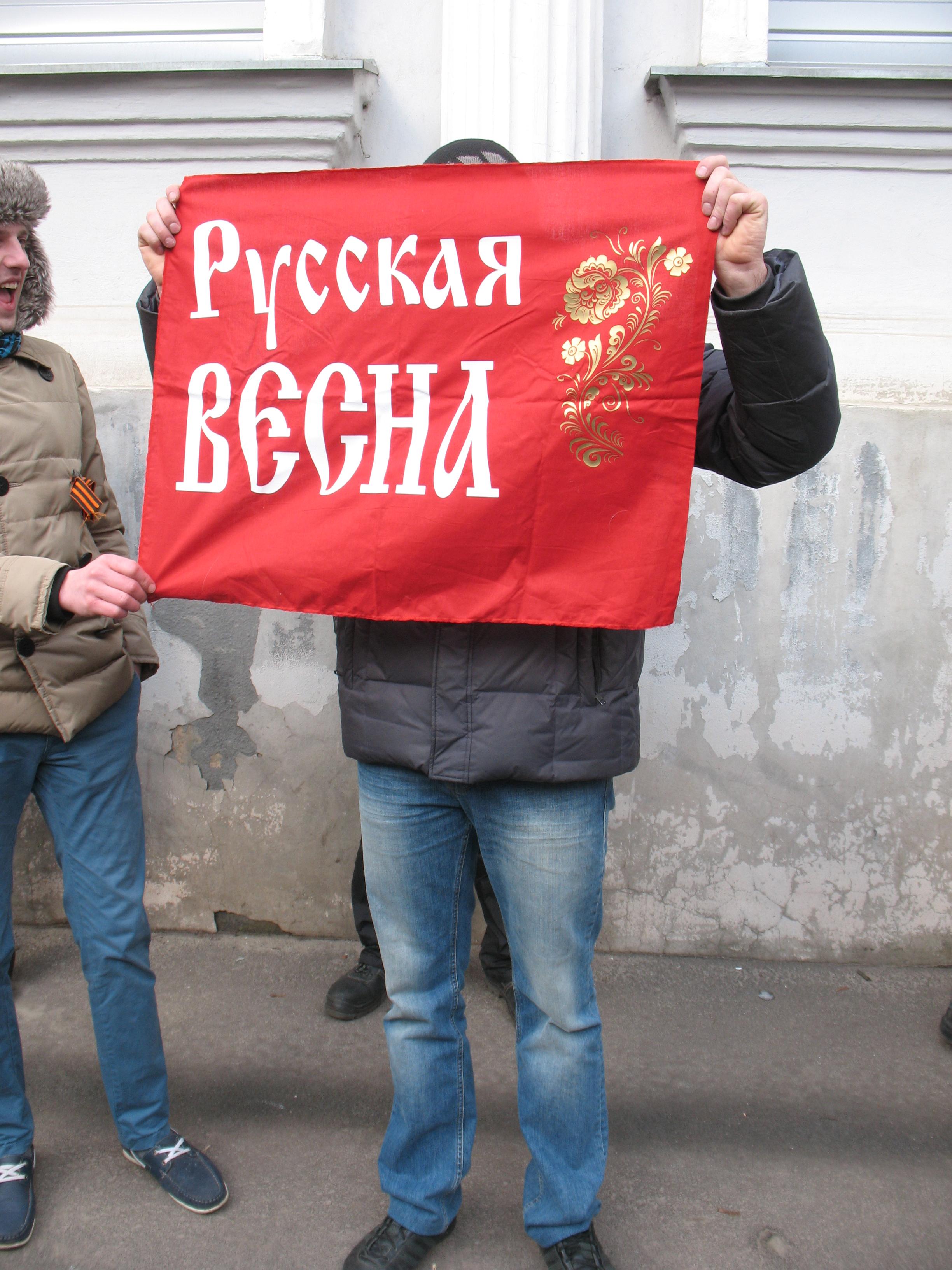 Парень держит плакат - 0fa44