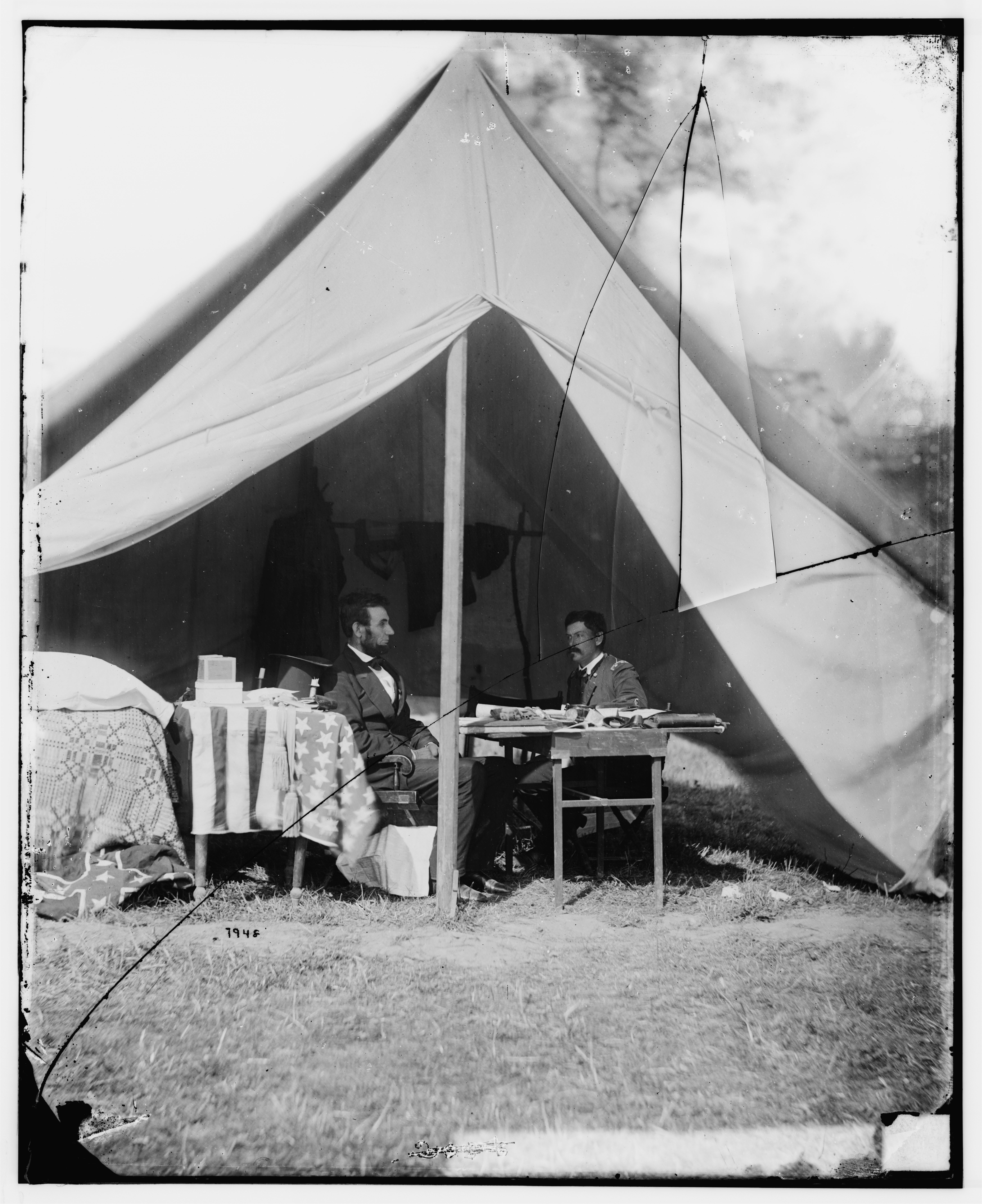 File Abraham Lincoln And George B Mcclellan In The General S Tent Oct 1862 Jpg Wikimedia Commons