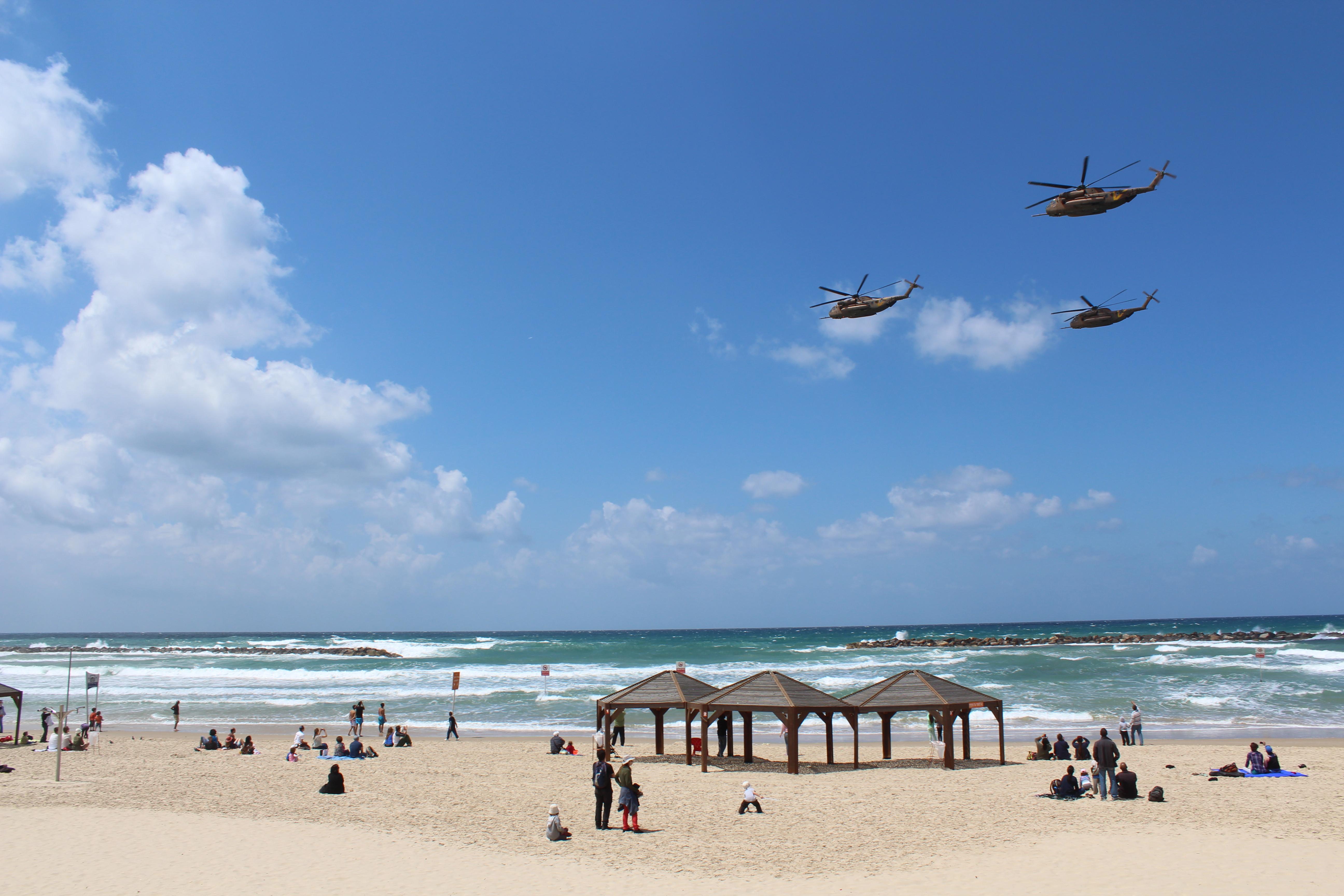 File:Air_Force_Fly_By_on_Tel_Aviv_Beach_IMG_1642 on Tel Aviv Beaches