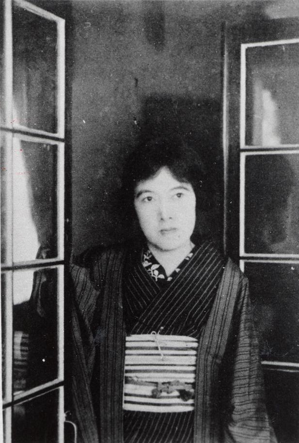 https://upload.wikimedia.org/wikipedia/commons/1/12/Akiko_Yosano_posing_by_window.jpg