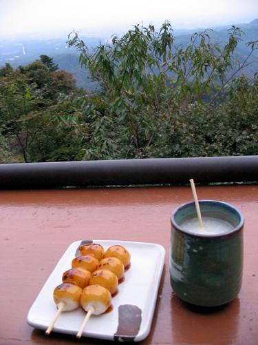Plik:Amazake and yaki dango by verigi in Takao, Tokyo.jpg