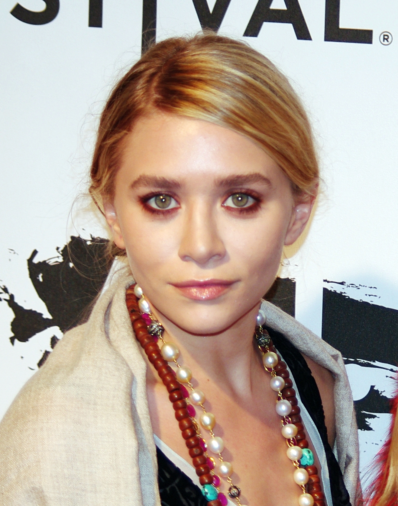 The 32-year old daughter of father David Olsen  and mother Jarnette Olsen Ashley Olsen in 2018 photo. Ashley Olsen earned a  million dollar salary - leaving the net worth at 150 million in 2018