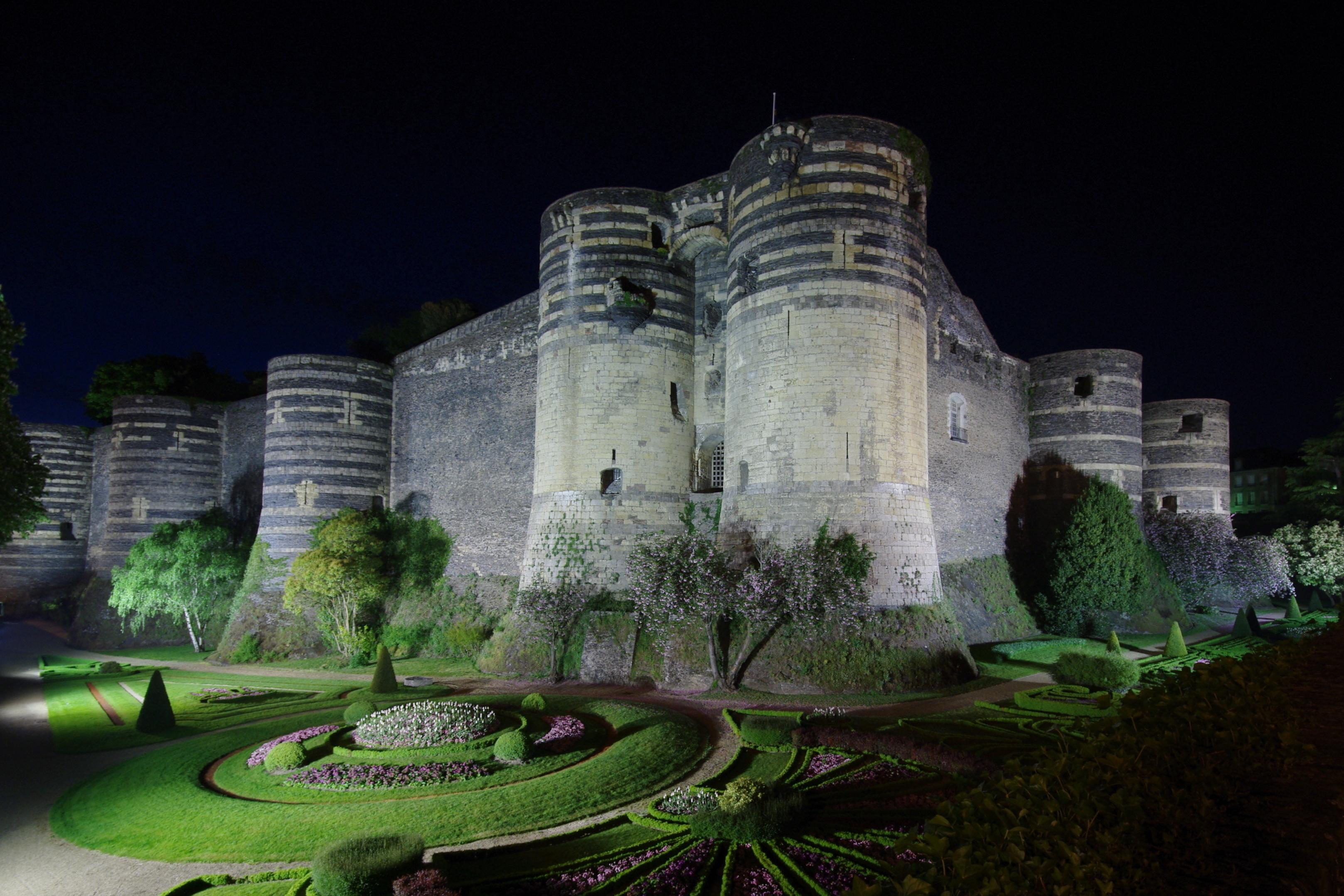 File chateau d 39 angers de wikimedia commons for Maison de la literie angers