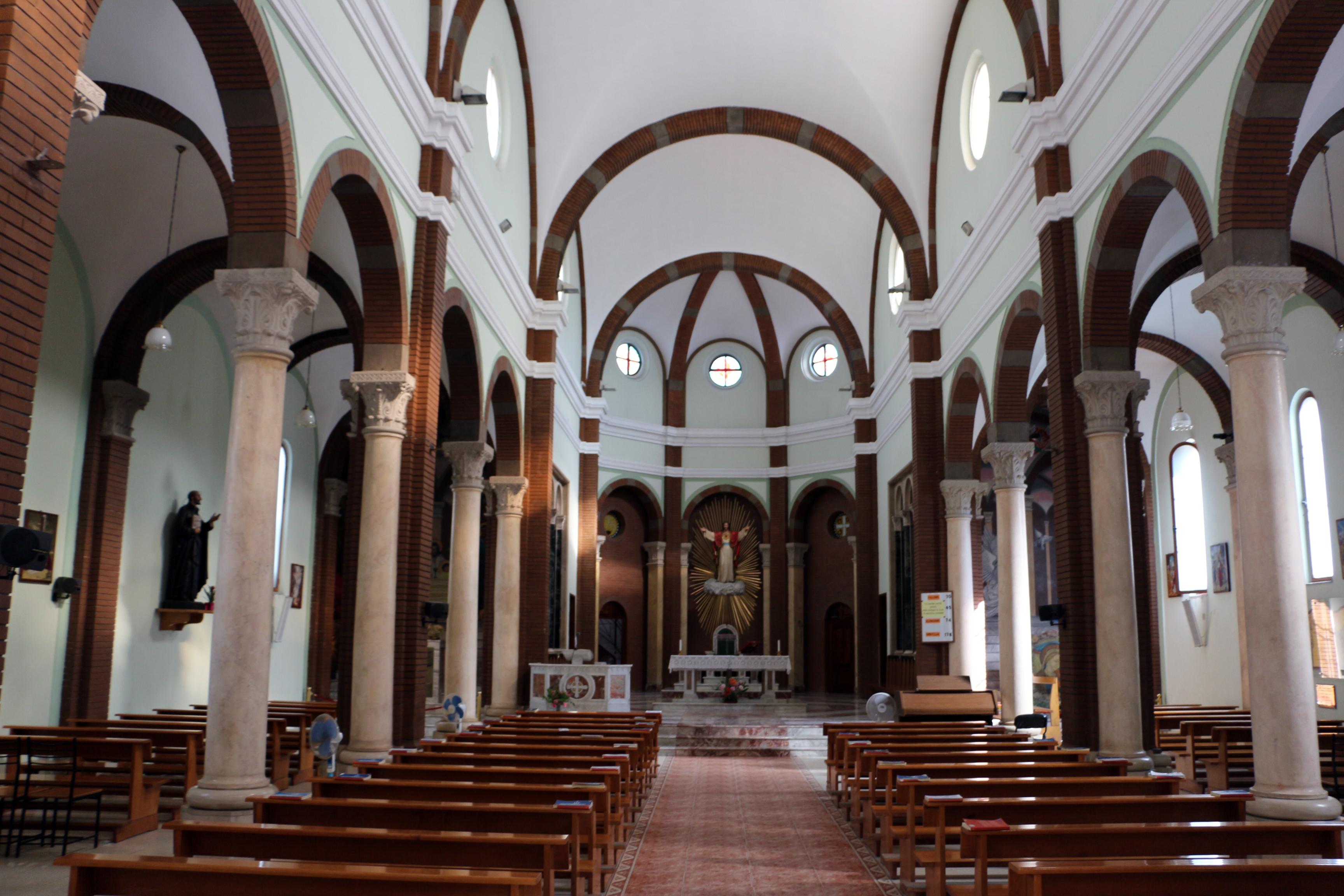 File chiesa del sacro cuore tirana interno 01 jpg for Interno chiesa