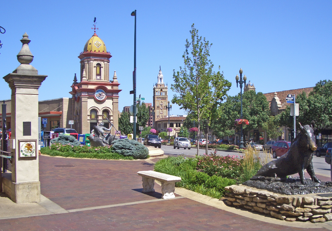 Hotels in Kansas City near Country Club Plaza When can I find the best deals on Hotels in Country Club Plaza? There are few places that satisfy the craving for retail therapy more than the block Country Club Plaza in Kansas City.