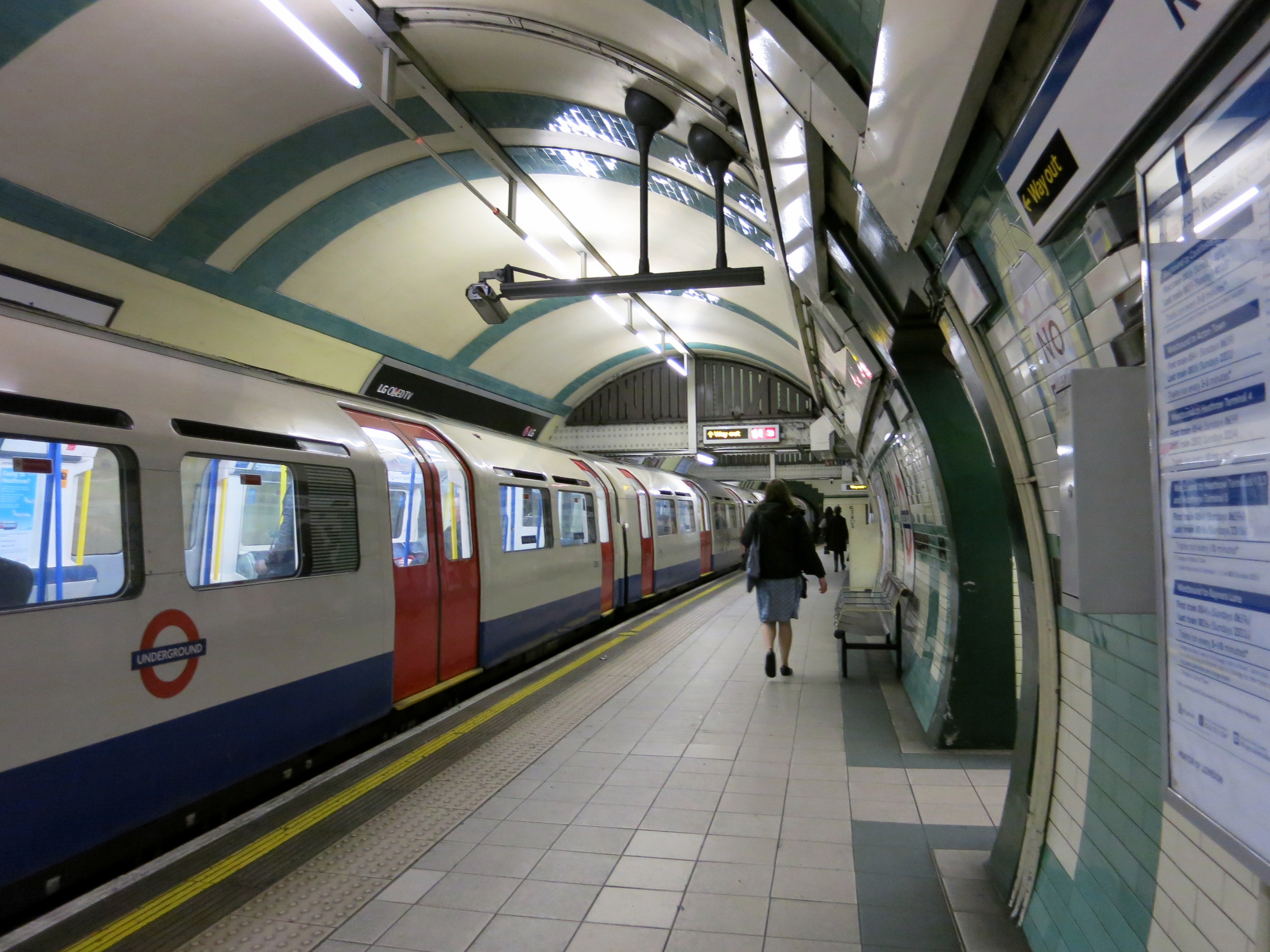 FileEastbound Piccadilly Line platform at Gloucester Road tube
