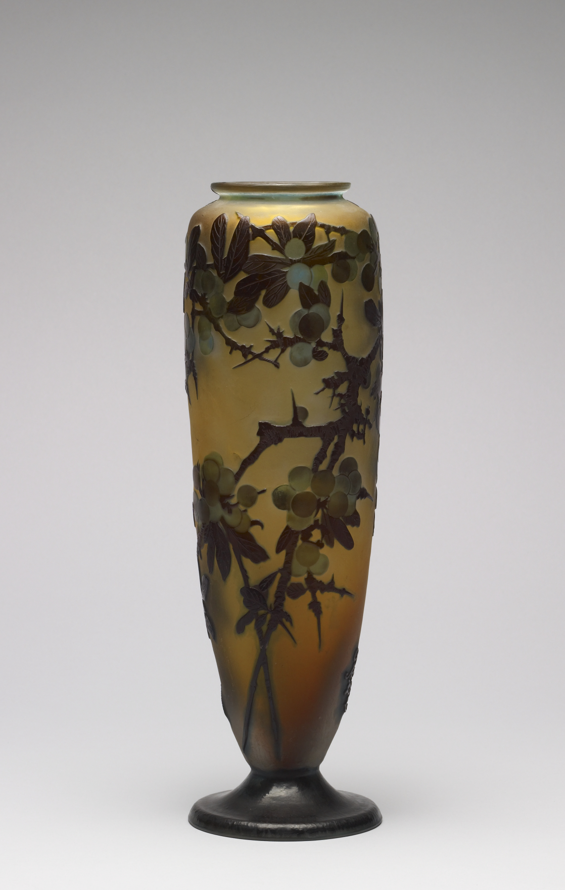 Art Glass Vase With Continuous Chain Design