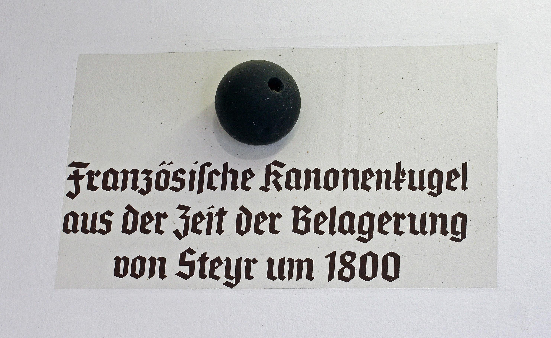 Französische Kanonenkugel in der Mauer des Hauses Stadtplatz 26