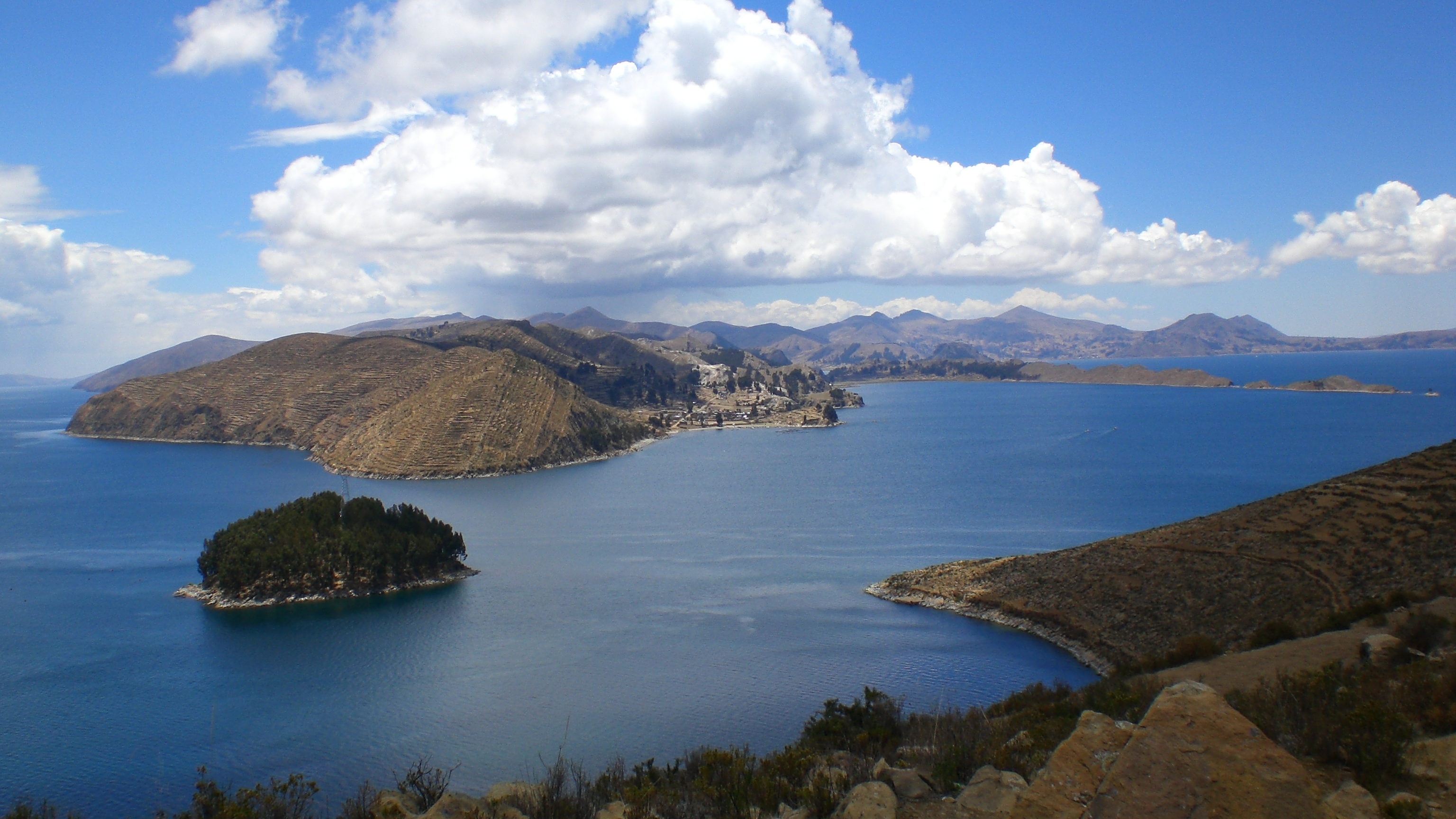File:Estrecho de Yampupata - Isla del Sol, Lago Titicaca.jpg ...