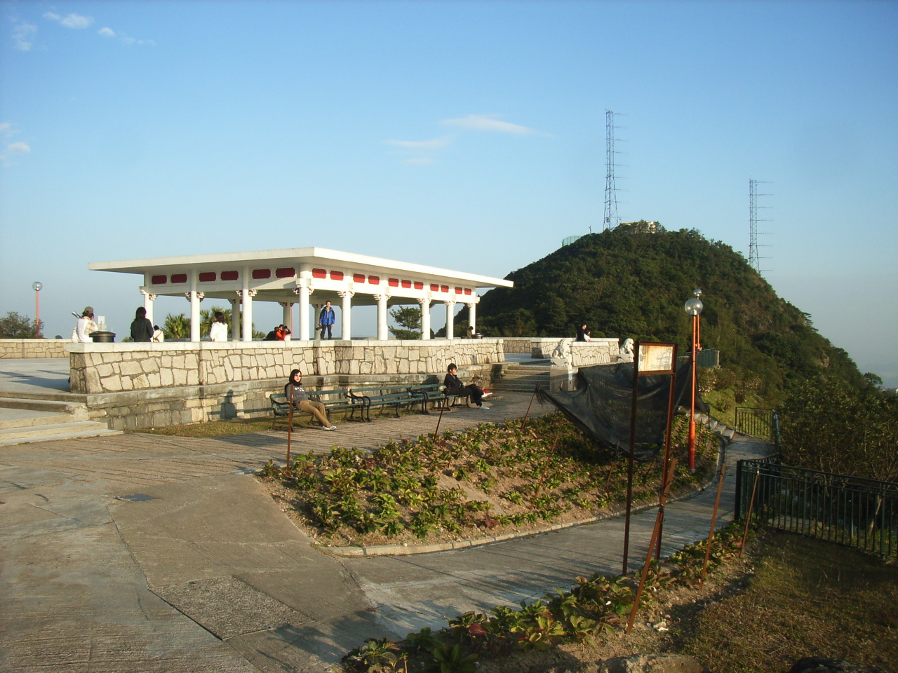 http://upload.wikimedia.org/wikipedia/commons/1/12/HK_Victoria_Peak_Garden_n_hill.JPG