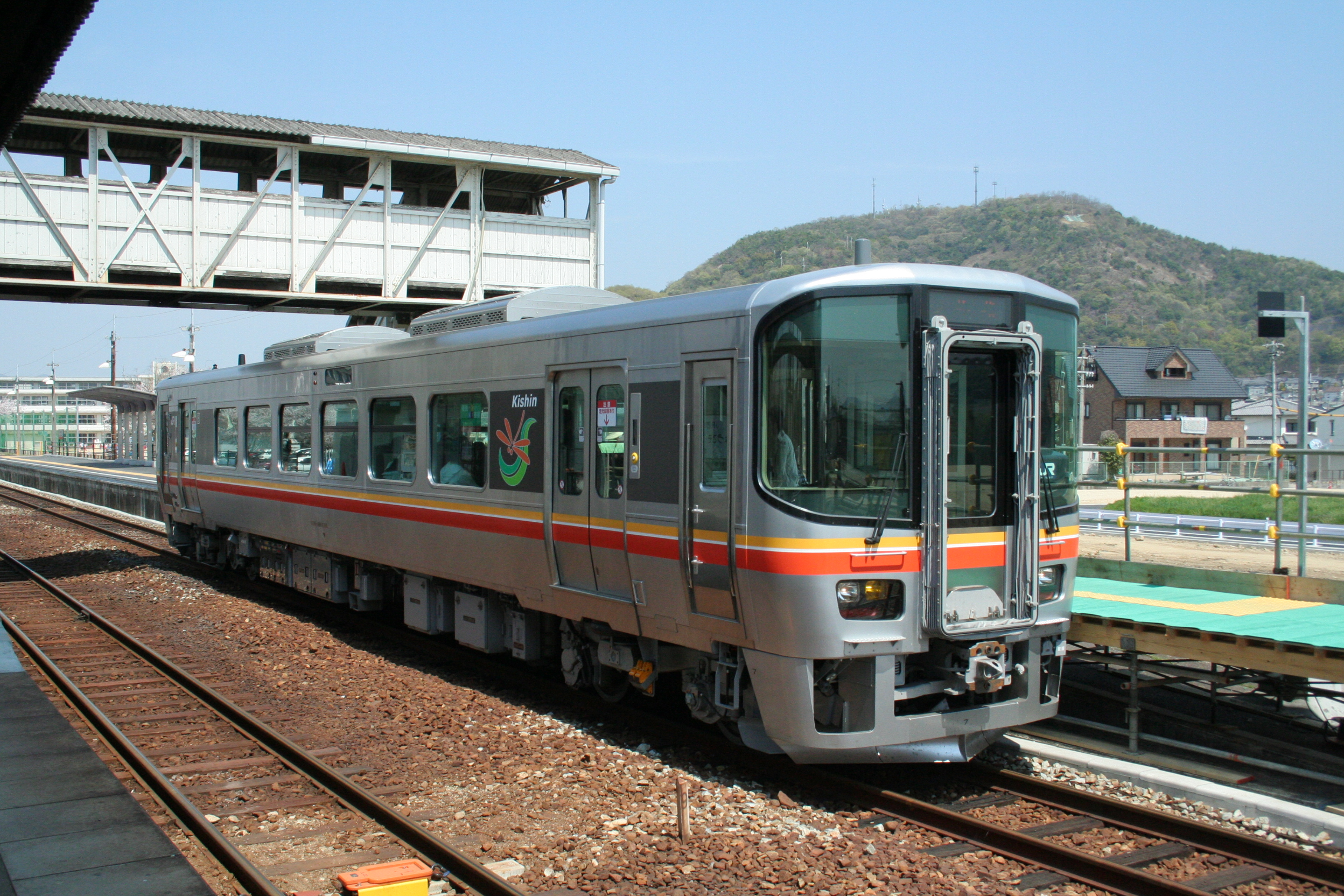 https://upload.wikimedia.org/wikipedia/commons/1/12/Hontatsuno_Station_at_April_09_by_CR_14.jpg