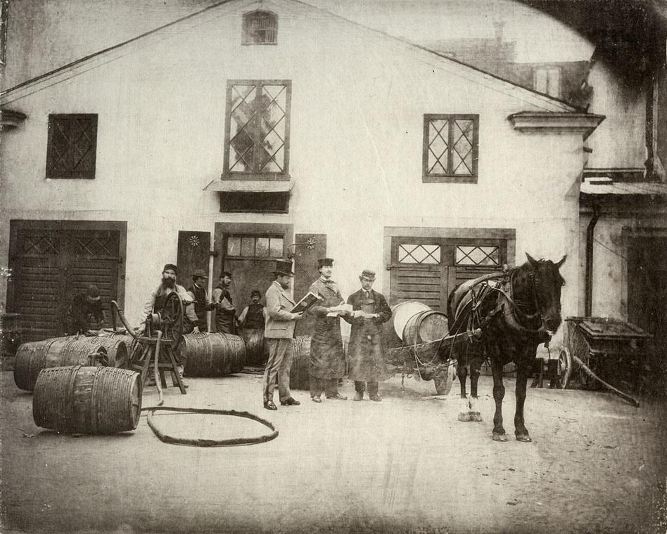 """Alfrida illustrerade ett flertal Wikipediaartiklar med kulturarvsbilder från Wikimedia Commons, bland annat Bryggeri med bilden: """"Människor, häst och tunnor i på en gård vid Hötorget på Norrmalm i Stockholm"""", från Riksantikvarieämbetet, fotograf okänd, CC0."""