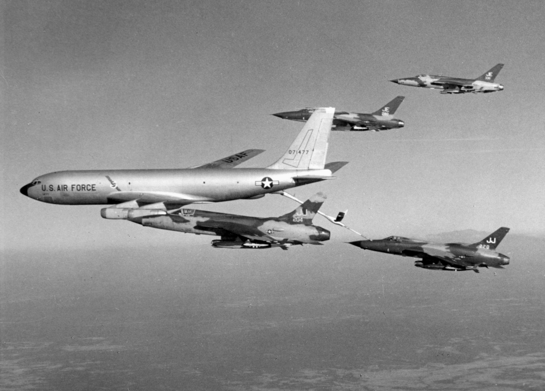 National Air Force Museum >> File:KC-135A refuels 388th TFW F-105Ds c1967.jpg - Wikimedia Commons