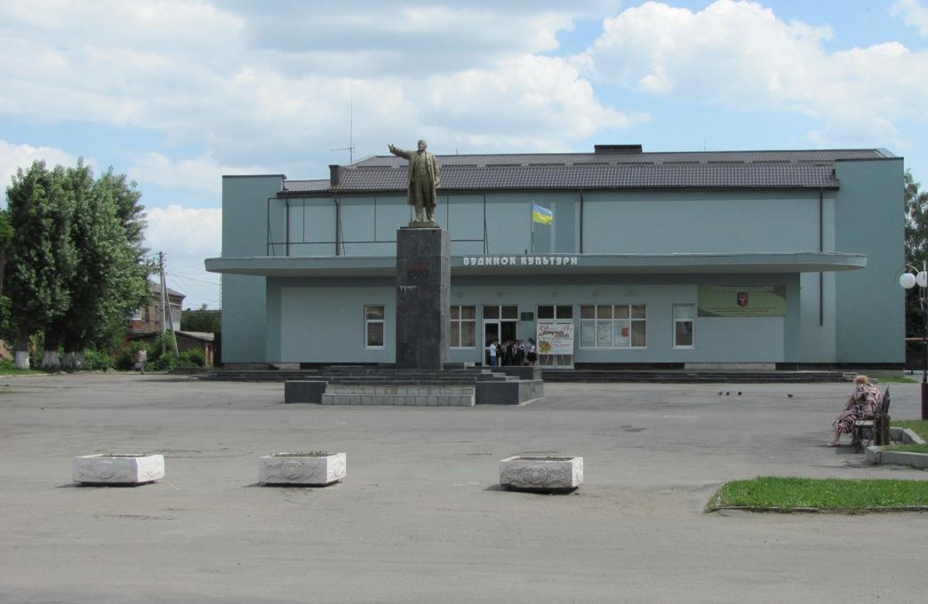 Центральная площадь города — площадь Героев Майдана (памятник Ленину демонтирован 21.02.2014 г.)