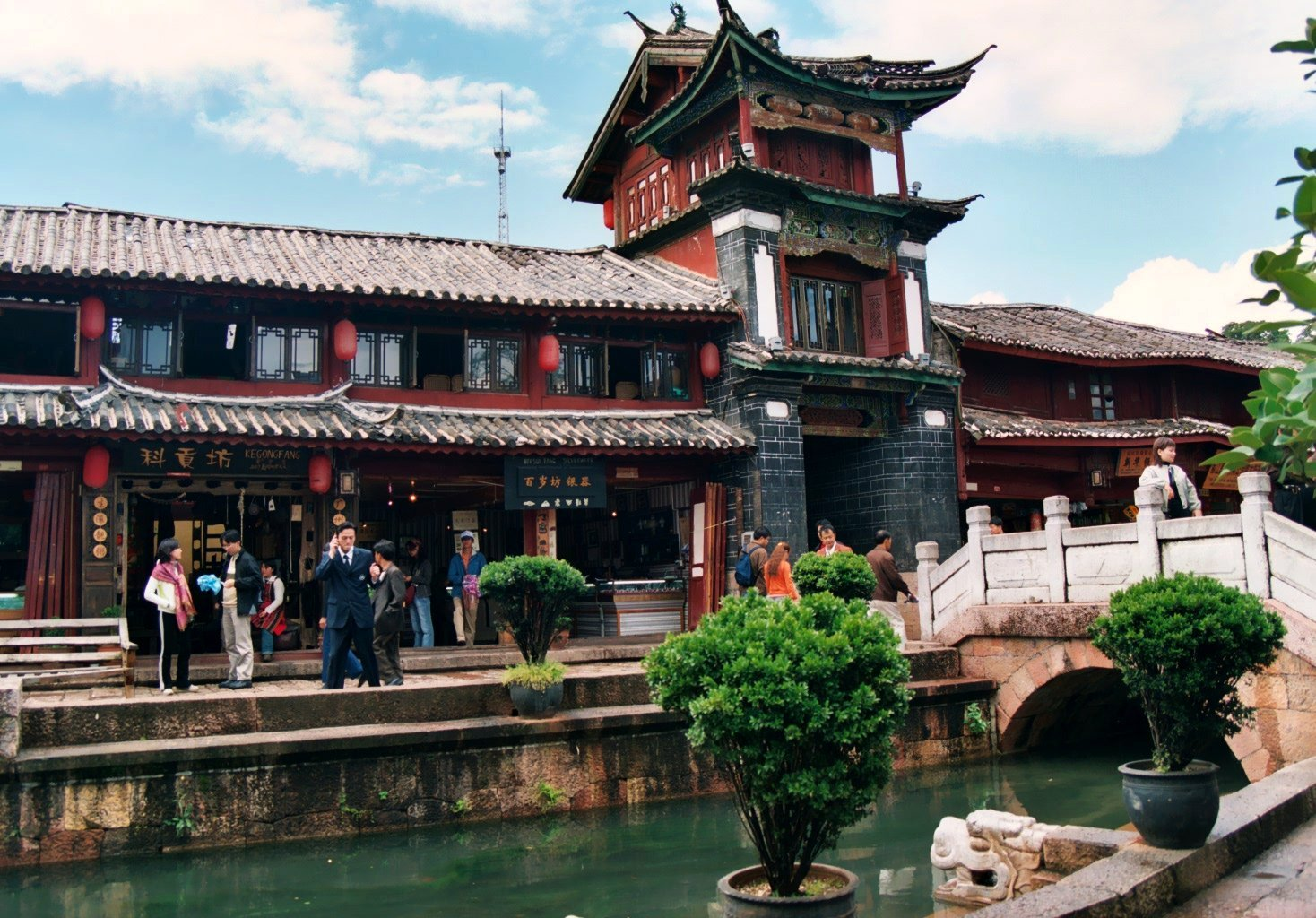 Go Bar-hopping In Lijiang Old Town