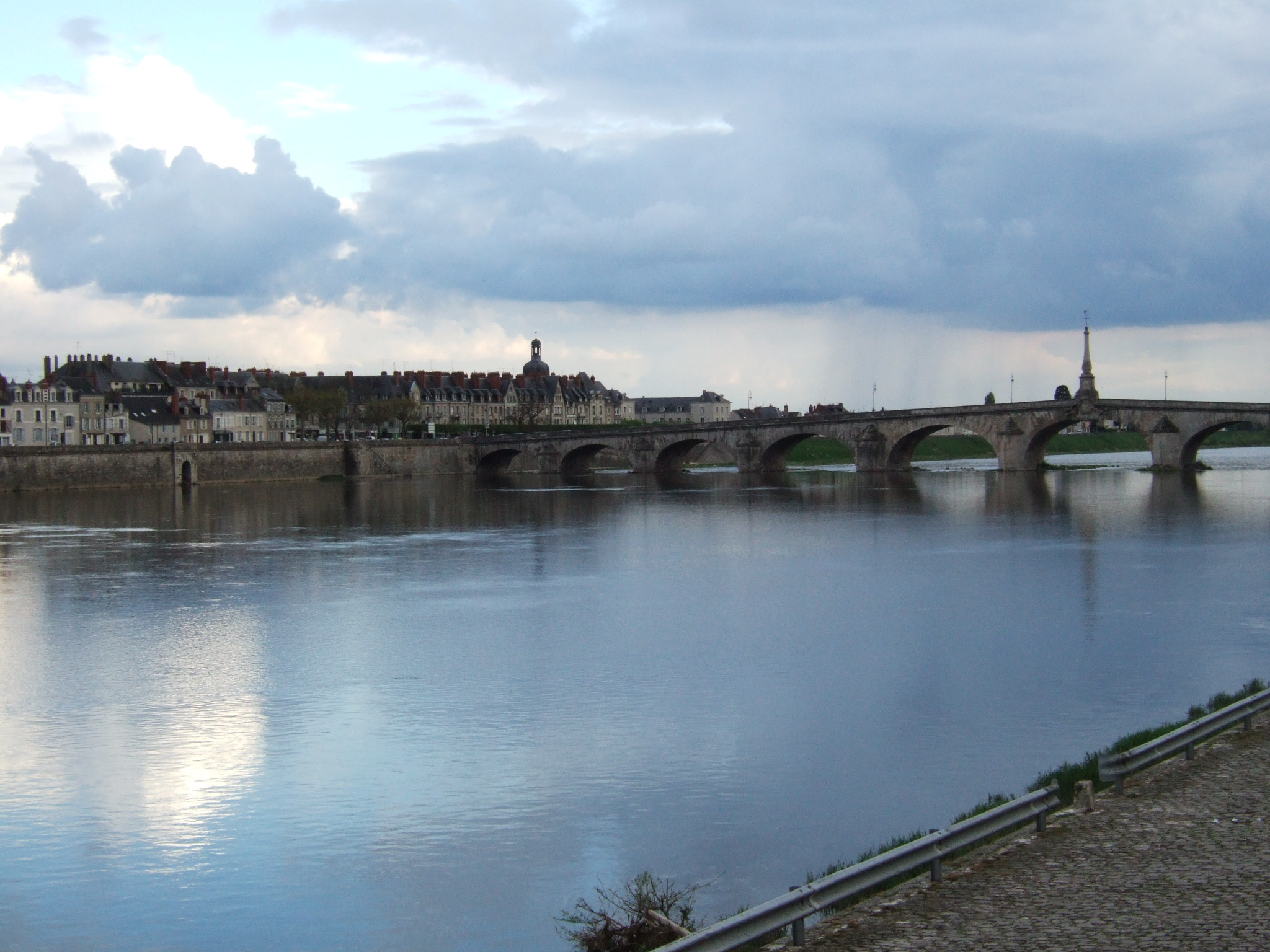 Description loire river blois