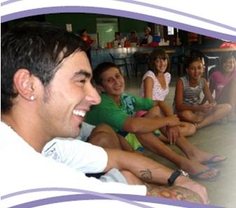 File:Pocho Lavezzi con los chicos de Ansur.jpg