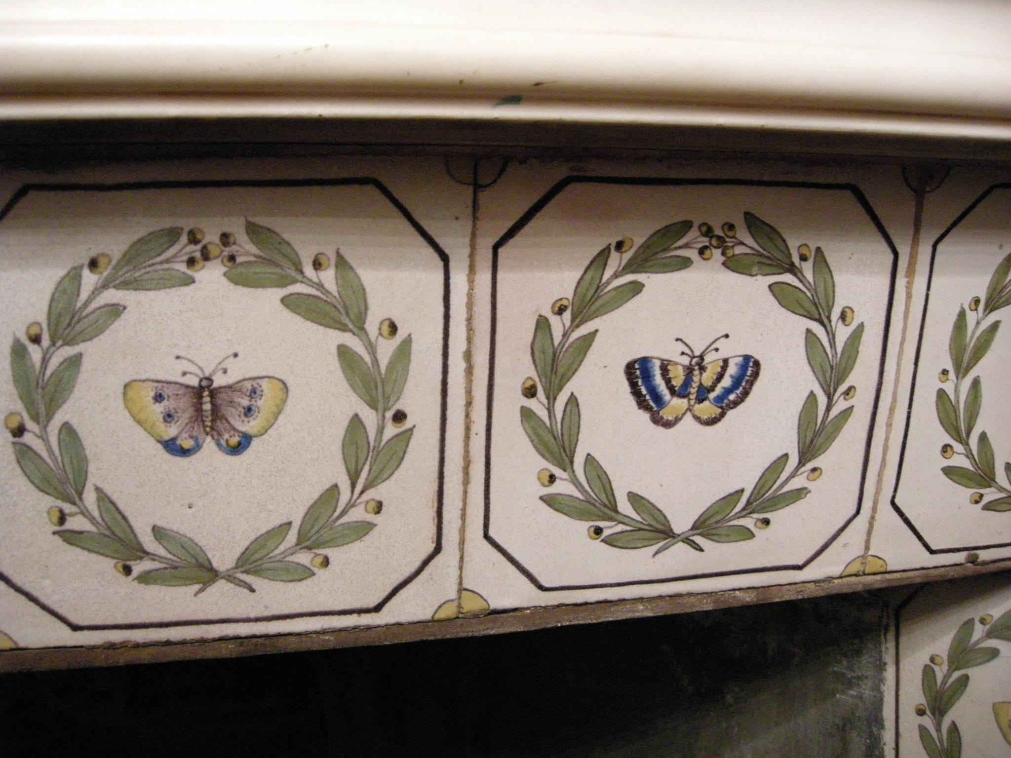 File:sala di cefalo camino piastrelle con farfalle della