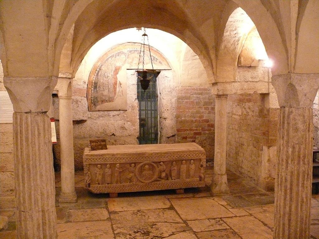 Kopi av Isaks sarkofag i krypten Sant'Isacco som inneholder hans relikvier