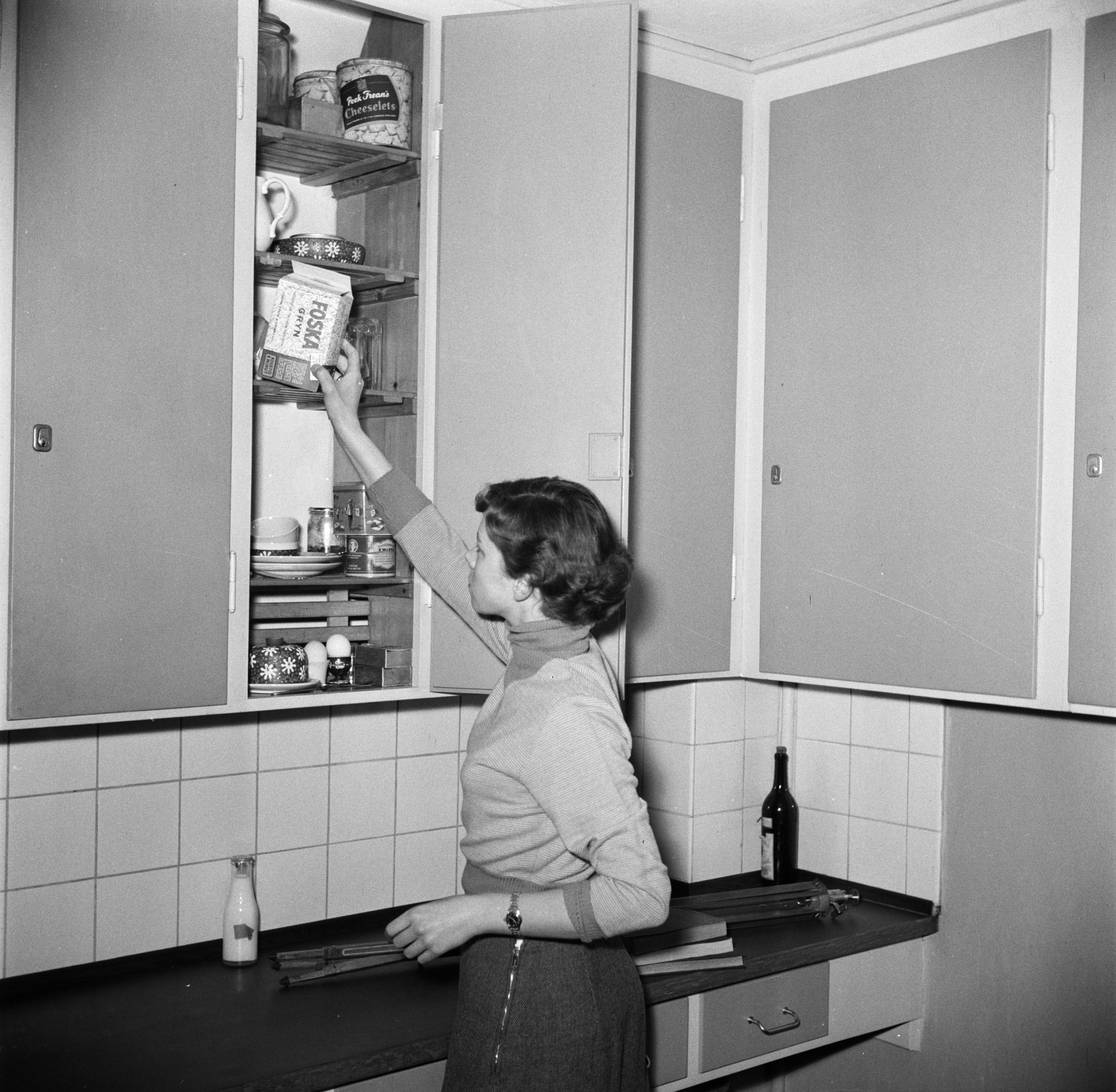 Filestudente Bij Een Kast In De Keuken Van Het