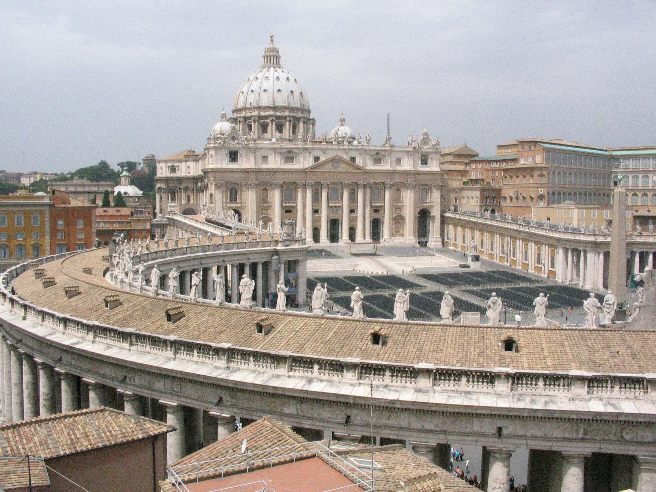 [imagetag] http://upload.wikimedia.org/wikipedia/commons/1/12/View_of_saint_Peter_basilica_from_a_roof.jpg