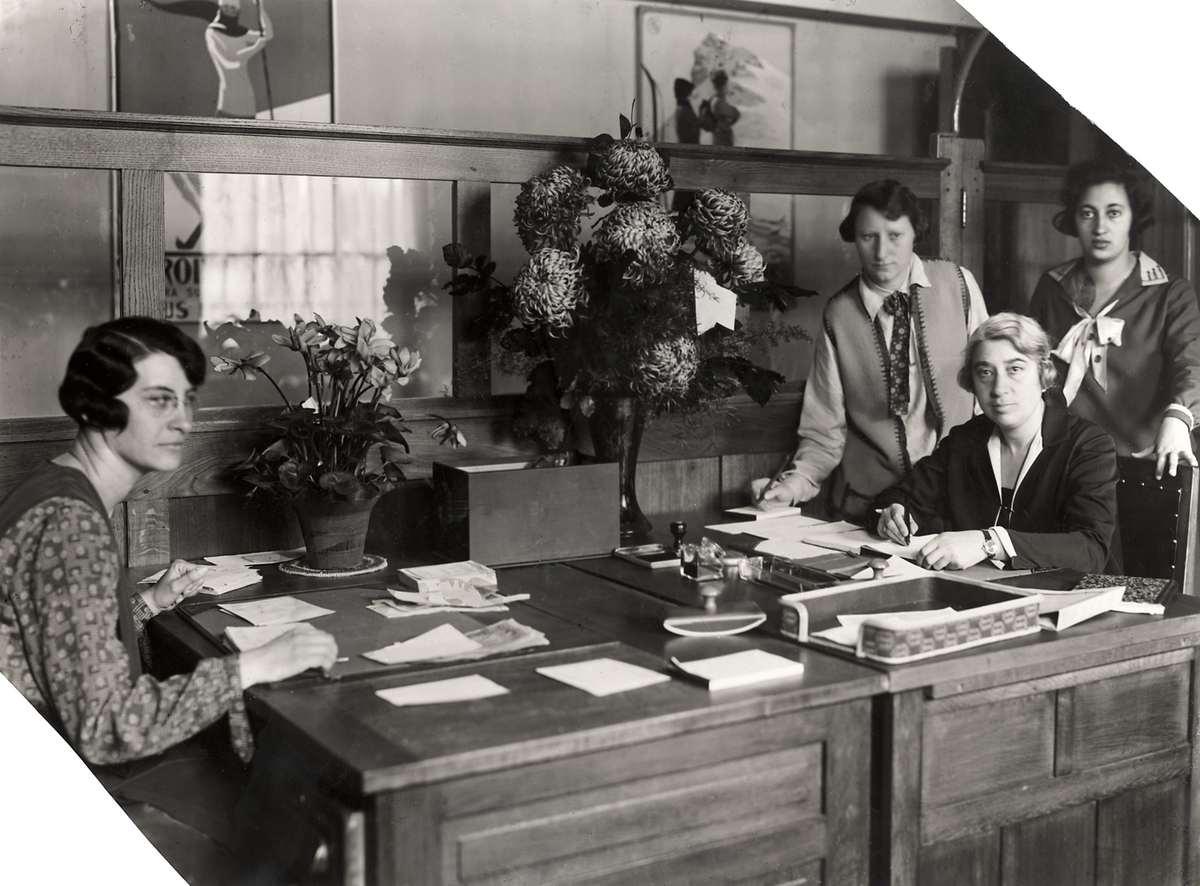 Directrice Clara Meijers alsmede enkele personeelsleden. Amsterdam, 1928.