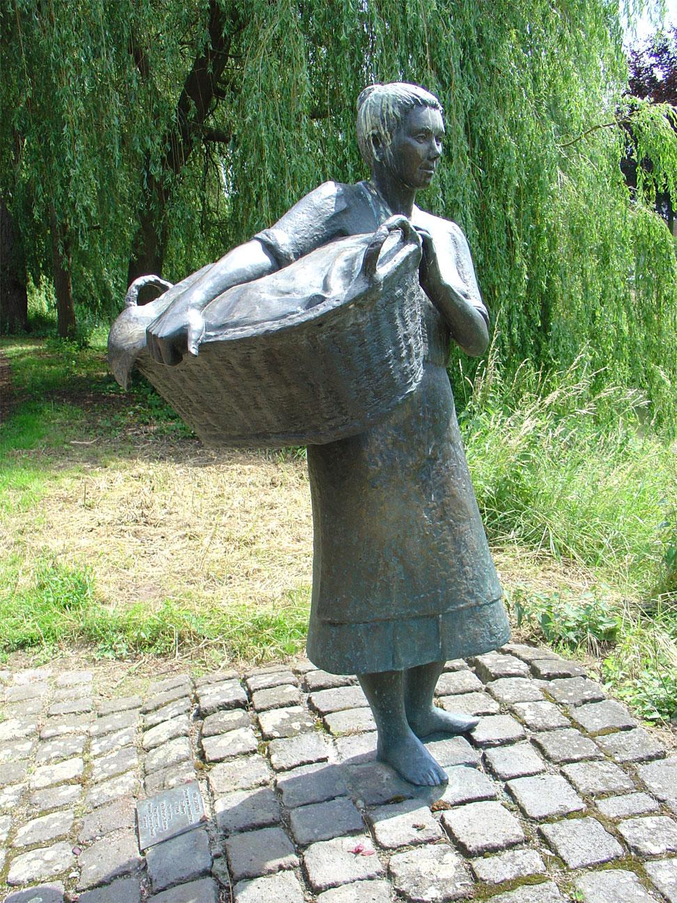 FileWasvrouw Isselburg door Erika Rutert.jpg & File:Wasvrouw Isselburg door Erika Rutert.jpg - Wikimedia Commons