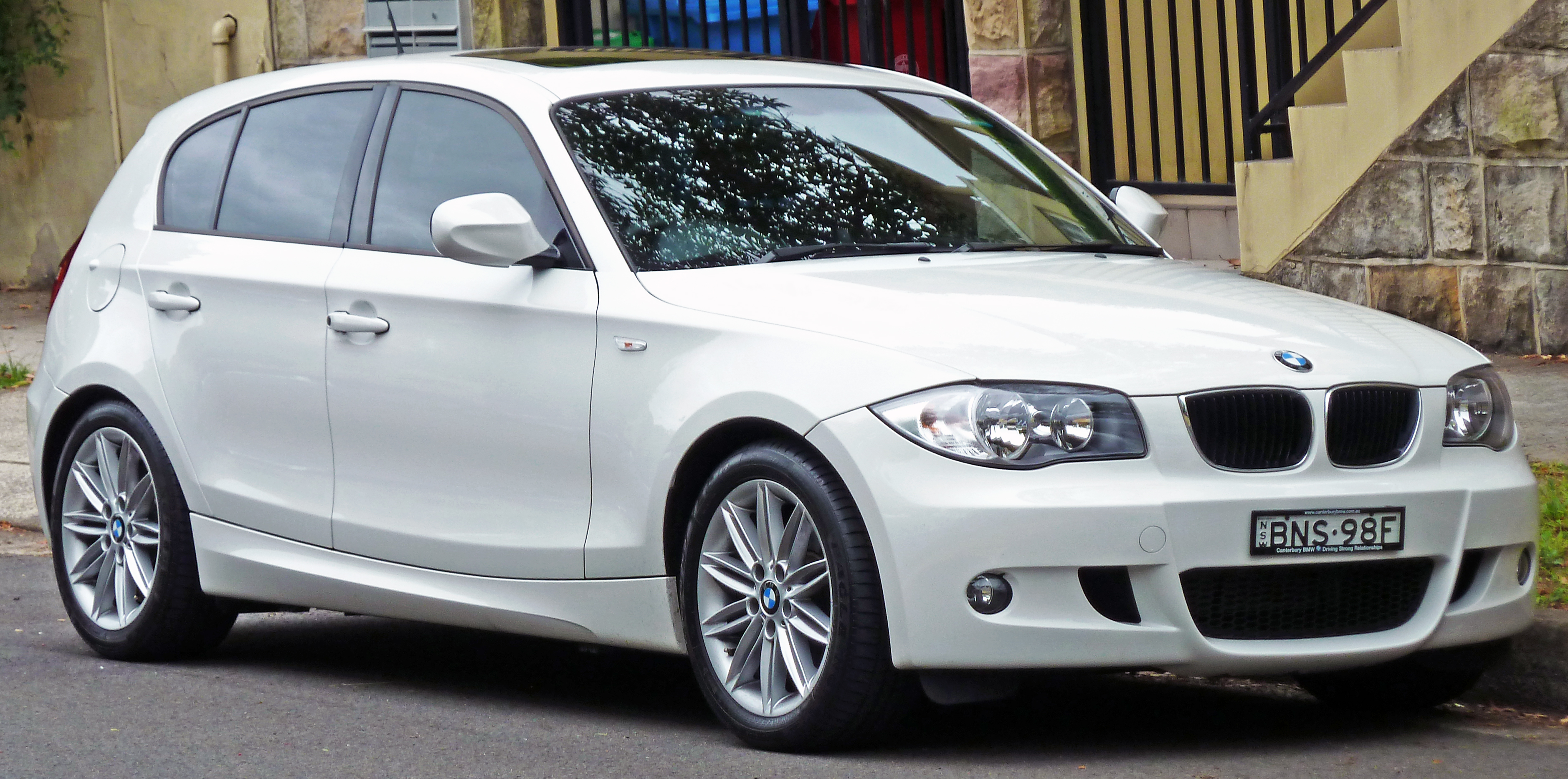 file 2010 bmw 118d e87 my10 5 door hatchback 2011 01 13 wikimedia commons. Black Bedroom Furniture Sets. Home Design Ideas