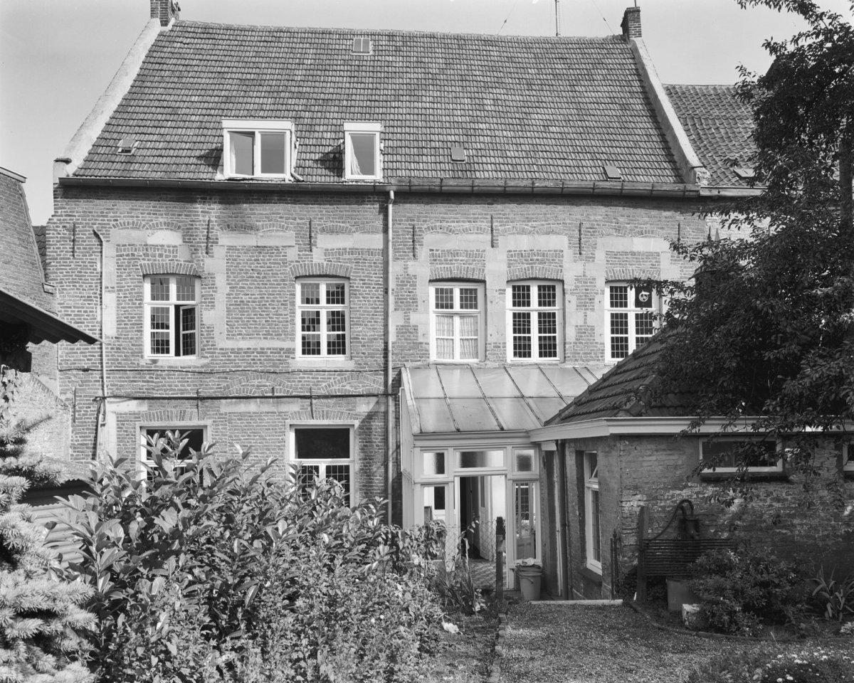 Huis met brede lijstgevel voorzien van rechthoekige hardstenen omramingen die van de ingang - Huis ingang ...