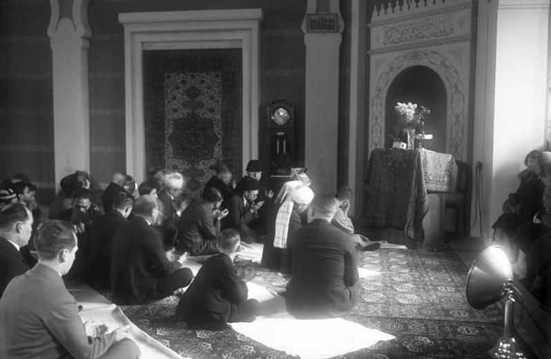 Bundesarchiv Bild 102-11243, Berlin, Gottesdienst in der türkischen Moschee.jpg