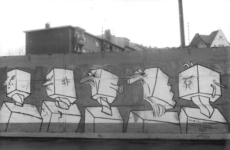 File:Bundesarchiv Bild 183-1990-0122-319, Berlin, Malerei auf Mauer, Betonköpfe als Wendehälse.jpg
