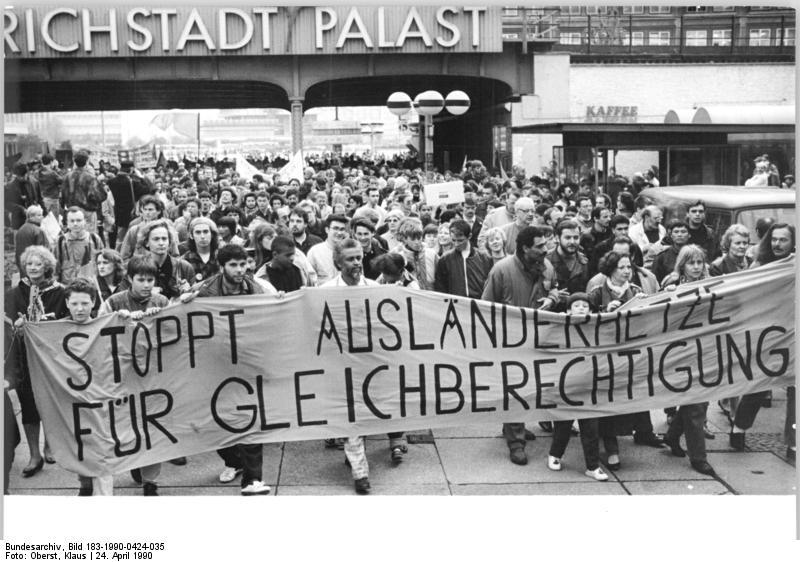 File:Bundesarchiv Bild 183-1990-0424-035, Berlin, Demonstration gegen Ausländerfeindlichkeit.jpg