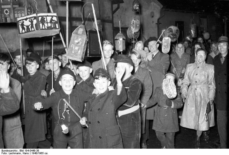 https://upload.wikimedia.org/wikipedia/commons/1/13/Bundesarchiv_Bild_194-0448-38%2C_Urdenbach%2C_Sankt_Martinszug.jpg?uselang=de