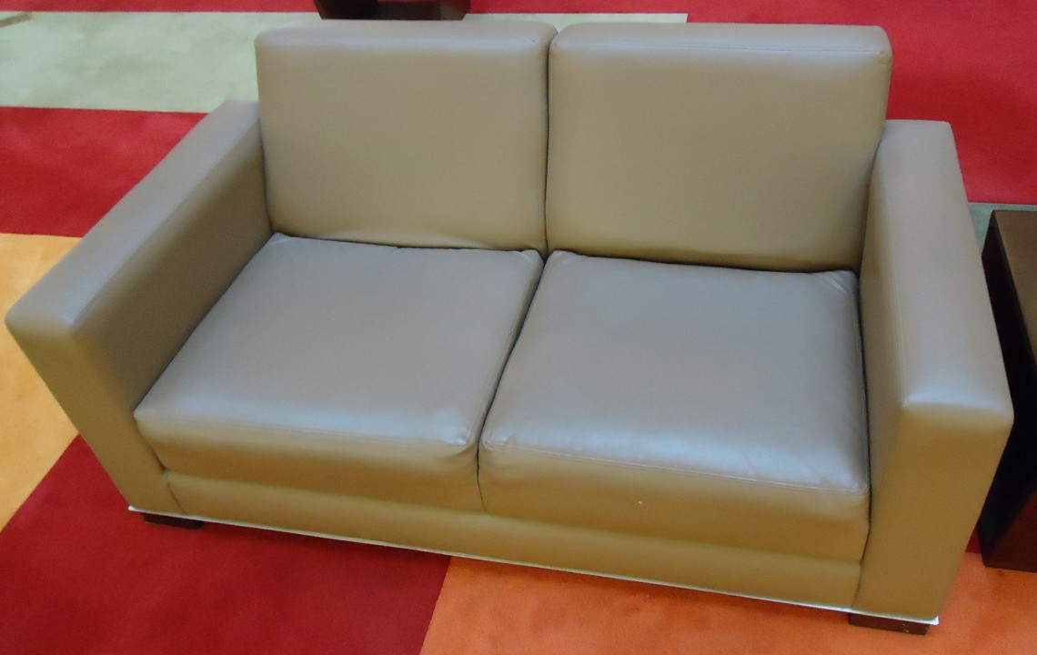 File Couch In A Lounge Area Of A Mall Jpg Wikimedia Commons