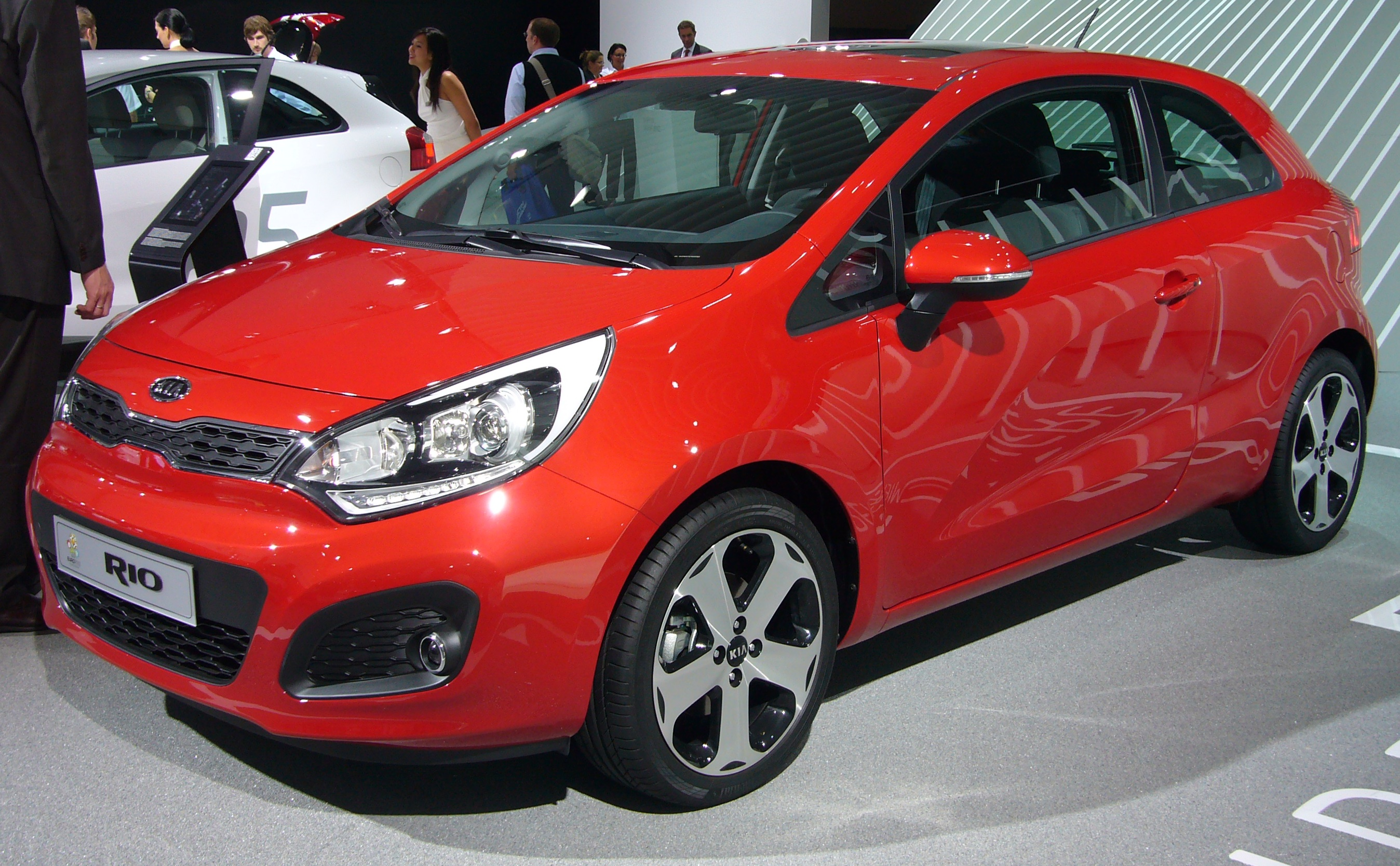 file kia rio 3 door front quarter jpg wikimedia commons